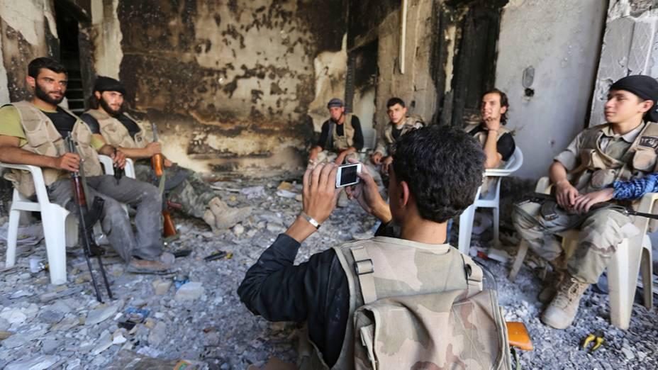Combatentes palestinos tiram fotos dentro de uma casa destruída, na cidade de Morek, província de Hama. Os conflitos entre Israel e Palestina já duram duas semanas, deixando mais 500 mortos. A ONU solicitou nesta segunda-feira (21) um cessar-fogo imediato na região