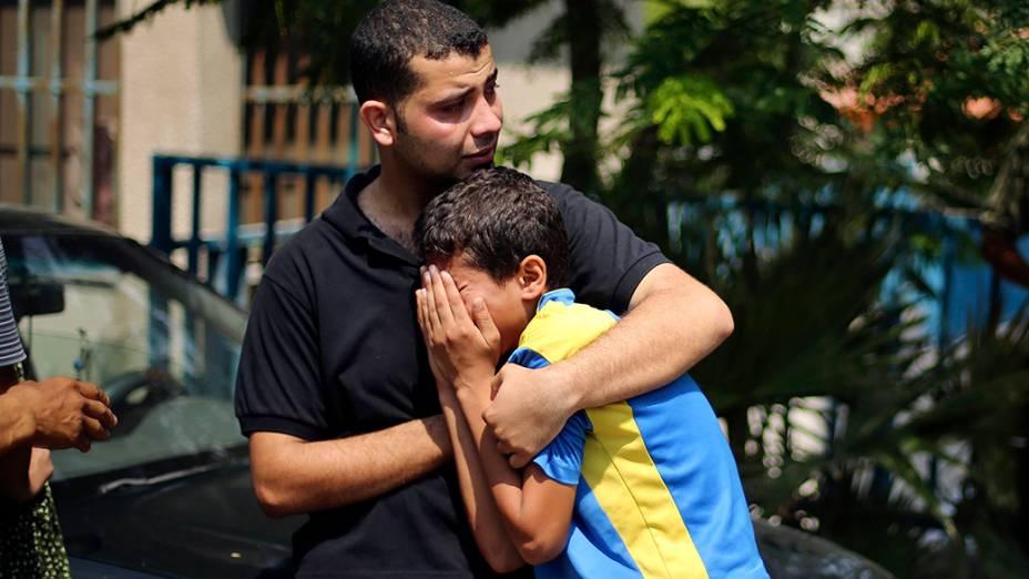 Parentes de palestinos mortos durante ofensiva terrestre de Israel à Faixa de Gaza choram fora de um hospital localizado próximo à cidade. Autoridades informaram hoje (21), queforças israelenses mataram pelo menos dezmilitantes palestinos que cruzaram a fronteira através de dois túneis. Diplomaciais internacionais pressionam o Estado de Israel na tentativa de decretar um cessar-fogo para oconflito que já dura duas semanas