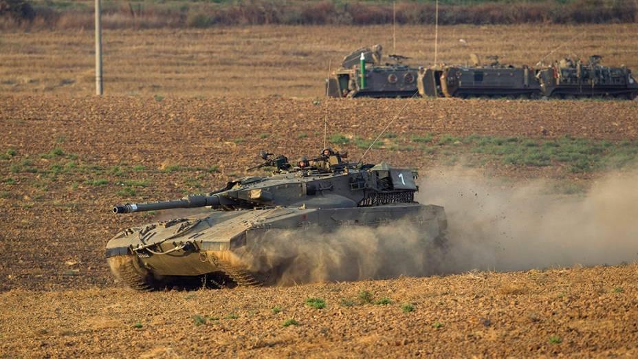 Israelenses movimentamtanques de guerra e tropasperto da fronteira com a Faixa de Gaza, em 21/07/2014. Esforços internacionais junto ao Conselho de Segurança da ONUpressionam as autoridades para um cessar-fogo imediato na região, nesta segunda-feira (21)
