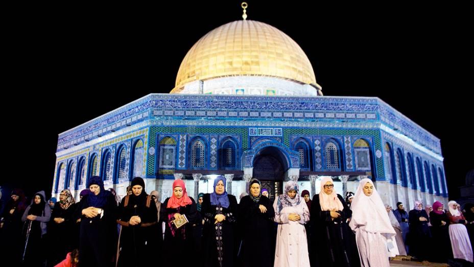 Mulheres palestinas rezam em frente ao Domo da Rocha, na Cidade Velha de Jerusalém