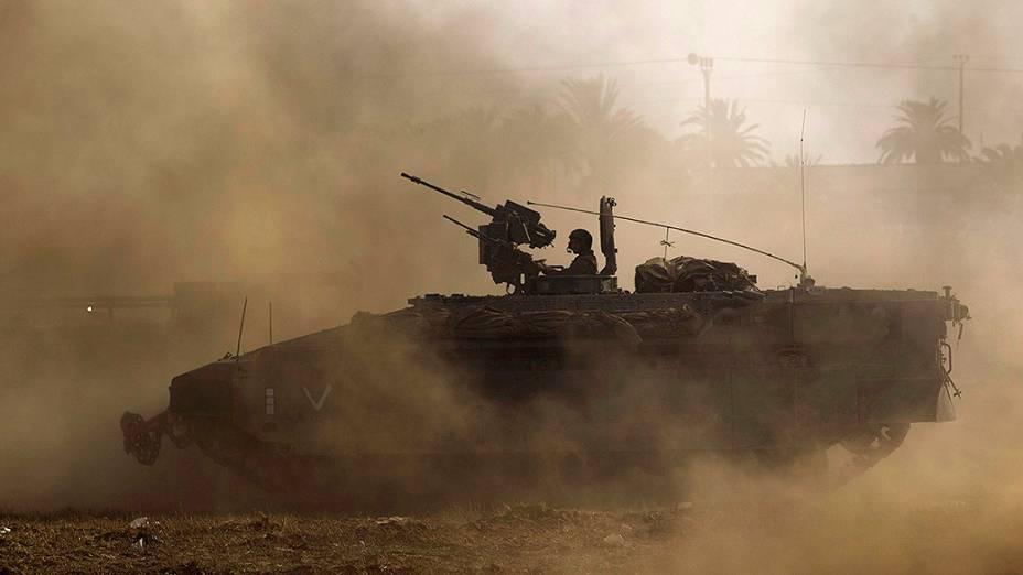 Soldados israelenses usam blindados próxima à fronteira da Faixa de Gaza