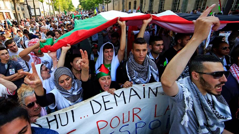 Manifestantes pró-Palestina protestam contra a ofensiva israelense em Paris, na França