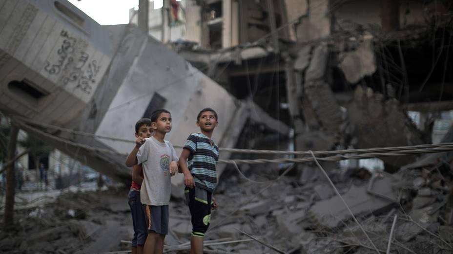 Crianças palestinas obervam a destruição em uma mesquita, na cidade de Gaza, em 30/07/2014, depois que o local foi atingido porum ataque israelense durante a madrugada