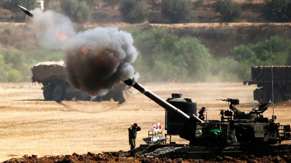 Artilharia israelense dispara contra a Faixa de Gaza, em 30/07/2014. Israel comprometeu a respeitar uma trégua de quatro horas depois queum ataque mortal a uma escola matou 16 pessoas