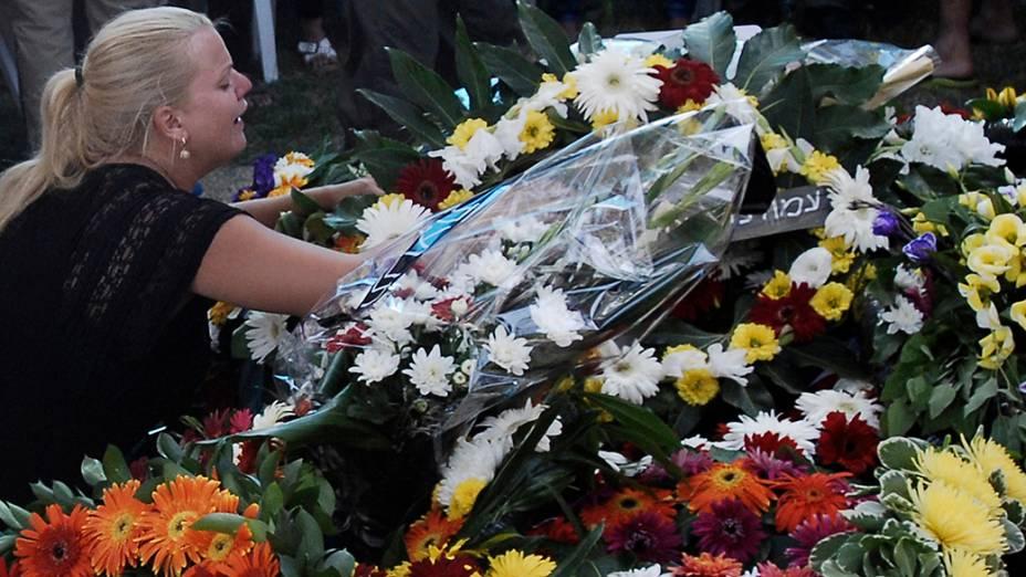 A namorada de umsargento israelense chora durante funeral na cidade de Ashkelon, a 13 km da fronteira com a Faixa de Gaza, em29/07/2014. Desde o começo dasoperações militares de Israelcontra os militantes de Gaza, no início do mês,mais de 50soldados da força nacional foram mortos