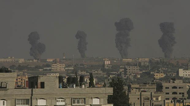 Ataques aéreos israelenses em Rafah no sul da Faixa de Gaza, em 07/07/2014