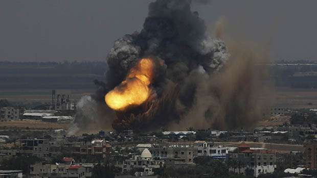Ataque aéreo israelense em Rafah, no sul da Faixa de Gaza, em 08/07/2014