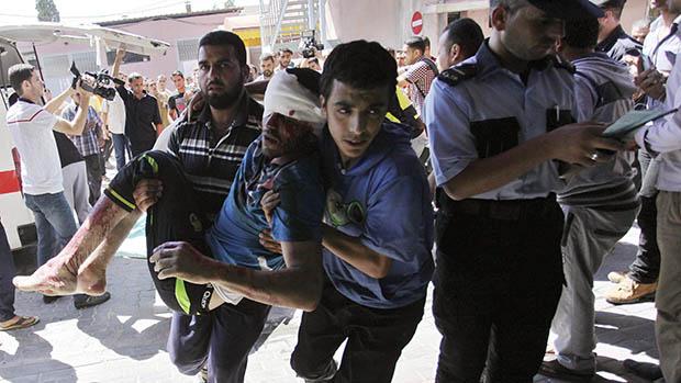 Ferido é socorrido após bombardeio na Faixa de Gaza, em 08/07/2014