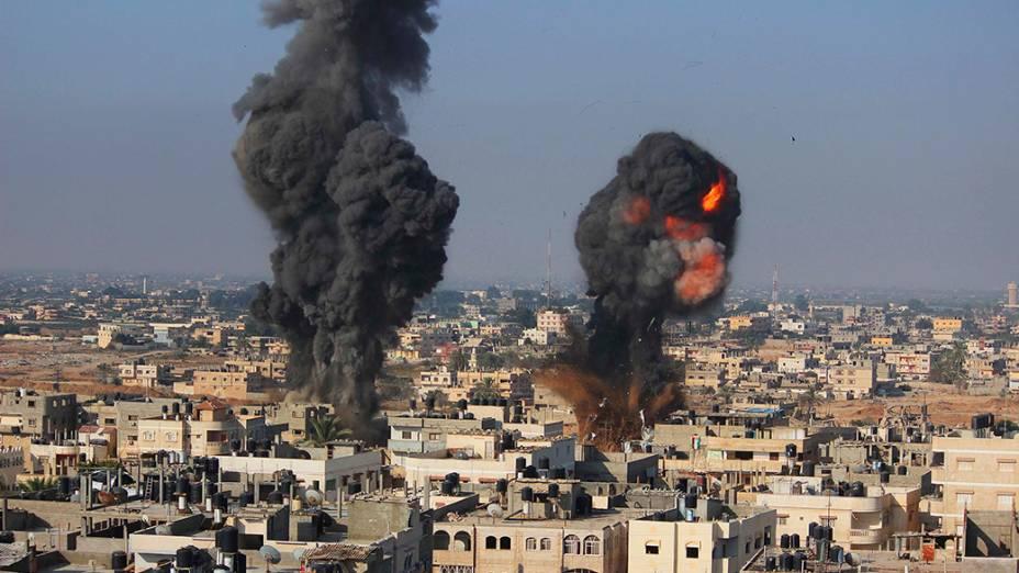 Fumaça e chamas são vistos após um ataque aéreo em Rafah, no sul da Faixa de Gaza, em 09/07/2014