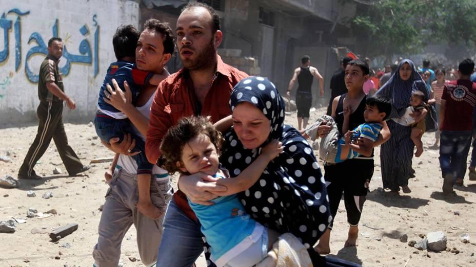 Centenas de pessoas fogem apósataque aéreo na cidade de Gaza, em09/07/2014;Autoridades palestinas disseram que este pode ser apenas o início de uma longa ofensiva contra militantes islâmicos