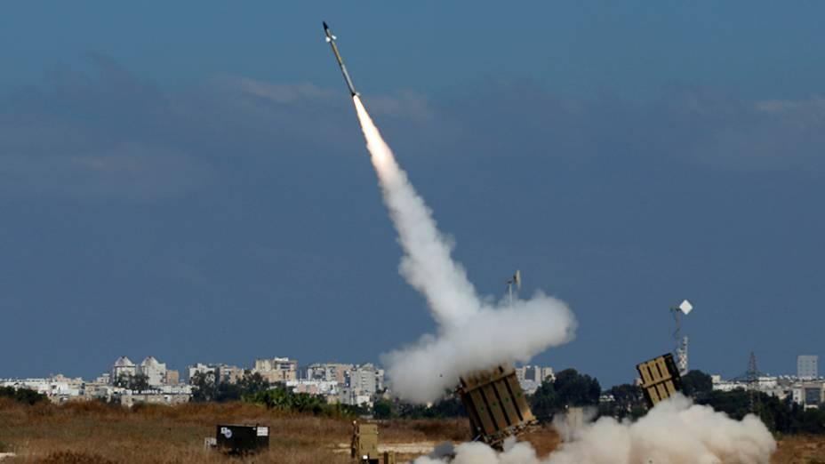Na imagem,lançador dispara um foguete interceptador no sul da cidade israelense de Ashdodem 09/04/2014