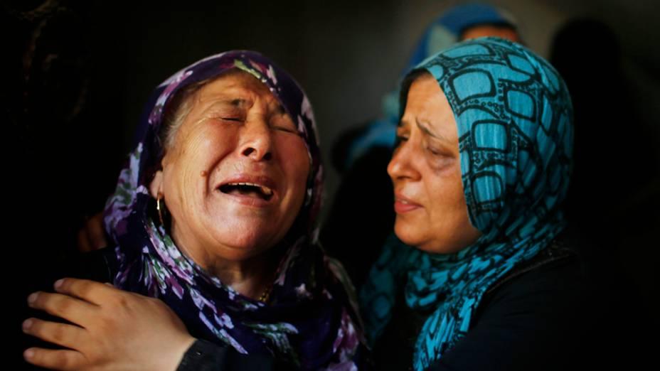 Palestinas choram durante o funeral demembros da família, na cidade de Beit Hanoun, no norte da Faixa de Gaza, em 09/07/2014