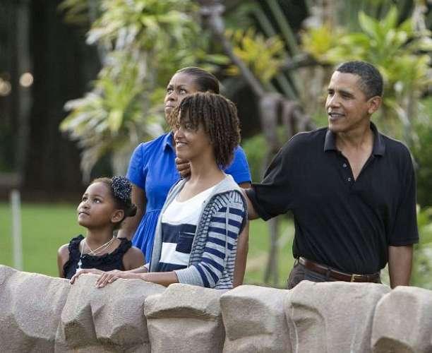 A família aproveita a folga para visitar um zoológico no Havaí.