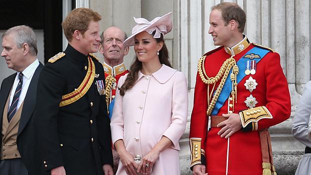 Kate Middleton ao lado dos príncipes Harry e William