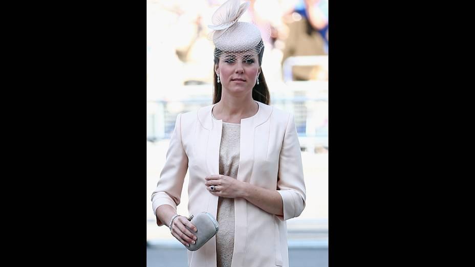 Plebeia, Kate Middleton agora é mãe do terceiro nome na sucessão do trono britânico. O segundo na linha de sucessão é seu marido, o príncipe William