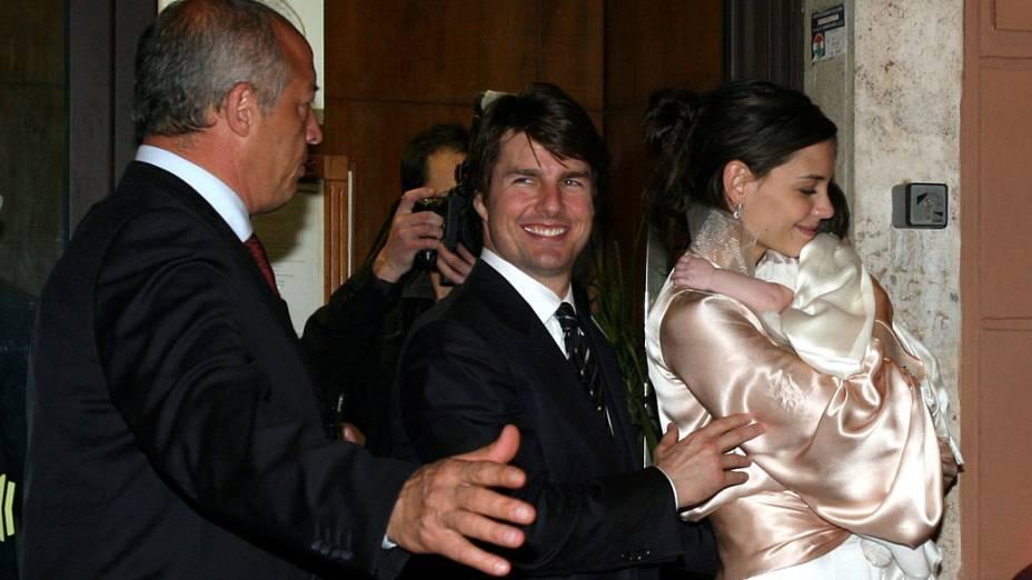 Katie Holmes e Tom Cruise deixam restaurante em Roma, em 2006