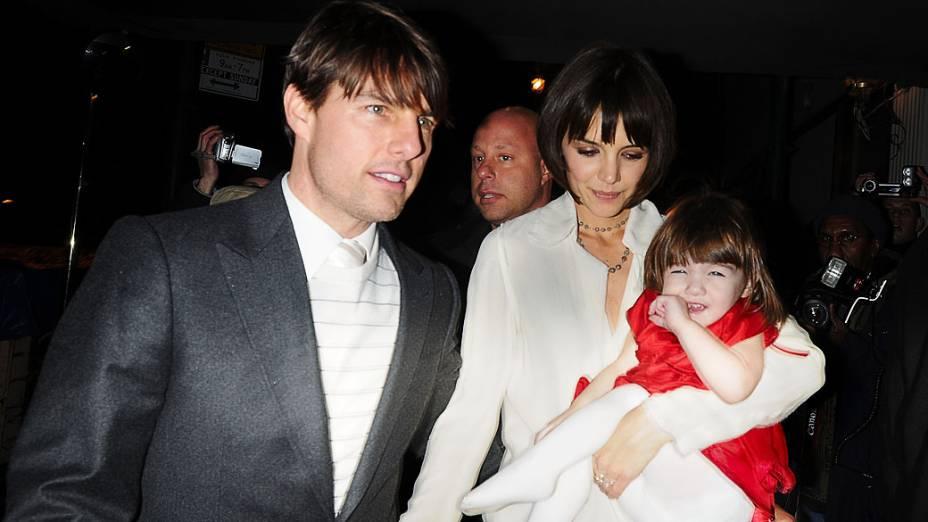 <br><br>  Katie Holmes e Tom Cruise deixam hotel em Nova York com sua filha Suri em 2008<br>  <br><br>