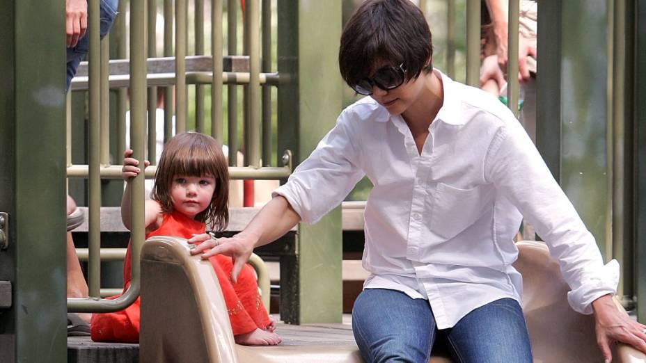 Katie Holmes brinca em parque de Manhattan com a filha Suri Cruise