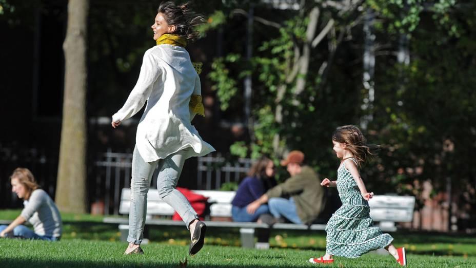 Katie Holmes com a filha, durante visita a Charles River Basin em Cambridge, Massachusetts em outubro de 2009