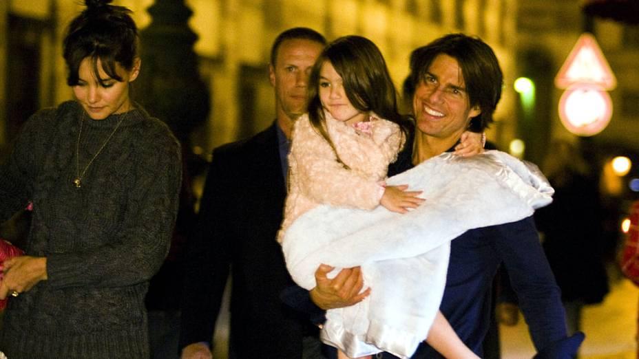 Tom Cruise passeia com a mulher Katie Holmes e a filha Suri em setembro de 2010, na cidade de Praga, República Checa