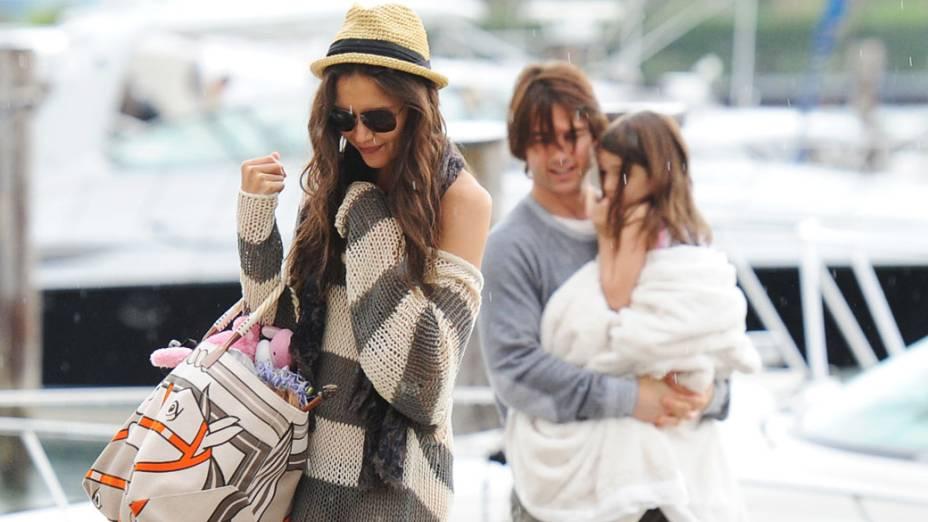 Katie Holmes, Tom Cruise e Suri Cruise são vistos em um iate no Dia dos Pais de 2011, em Miami, Flórida
