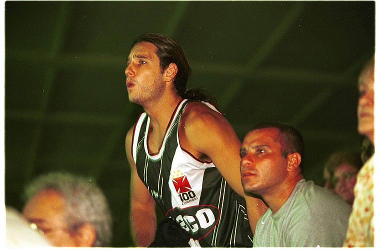 O ator Rodrigo Santoro acompanha o jogo entre Vasco e Vitória, em 1999, no Maracanã.
