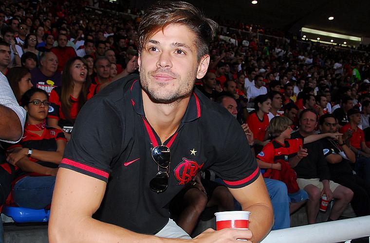 O ator Dado Dolabella se junta à torcida do Flamengo, no Maracanã, em 2008.