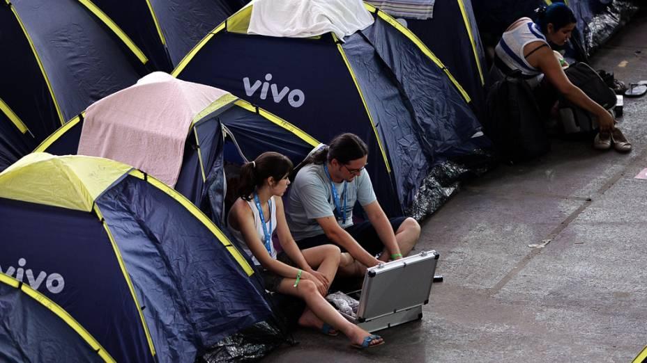 Participantes utilizam computadores em suas barracas, na 7ª edição da Campus Party, no Anhembi, em São Paulo