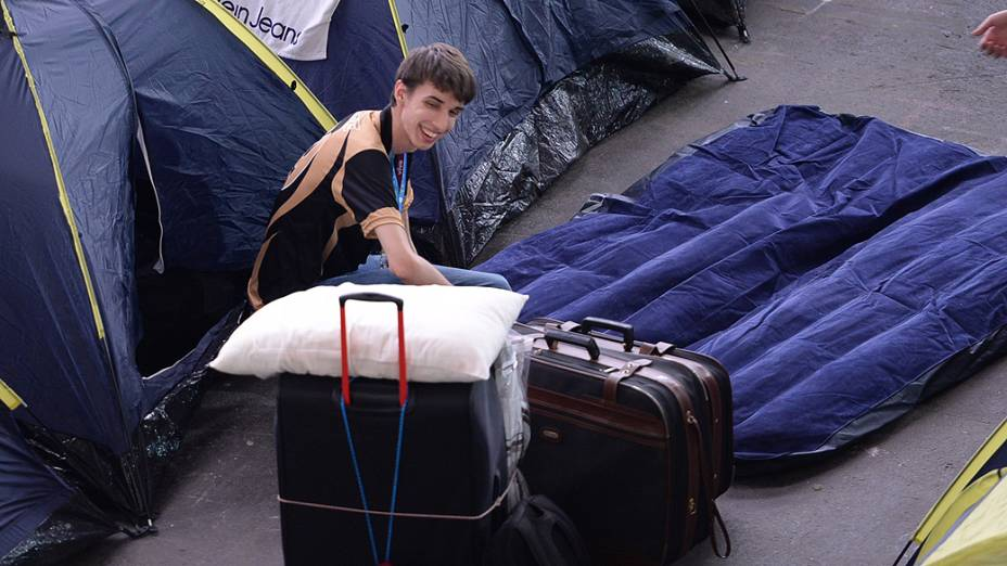 Participante prepara sua barraca na 7ª Campus Party, no Anhembi, em São Paulo