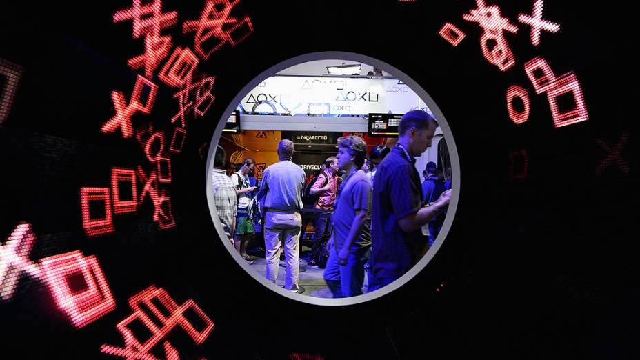Visitantes passam pelo estande da Sony durante a feira de games E3, em Los Angeles