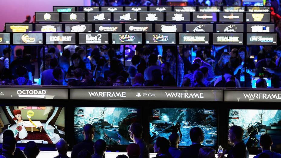 Visitantes jogam Playstation 4 no estande da Sony durante a feira de games E3, em Los Angeles