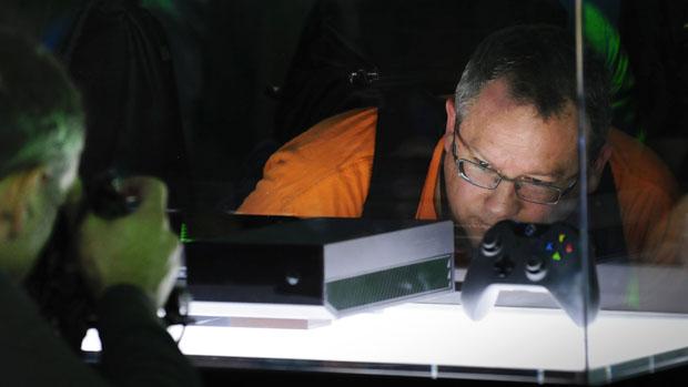 Visitante obeserva console XBox One durante a E3