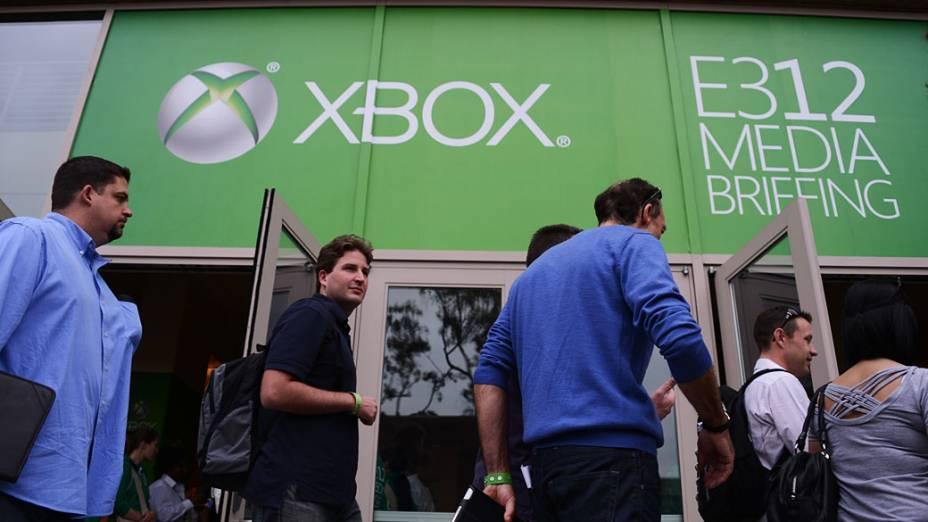 Público chega para a coletiva de imprensa da Microsoft durante feira de games E3 2012 em Los Angeles, Califórnia