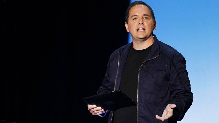 """Marc Whitten, chefe da Xbox Live, demonstra o novo recurso """"XBox SmartGlass"""", um controlador tablet sem fio na coletiva de imprensa da Microsoft XBox durante feira de games E3 em Los Angeles, Califórnia"""