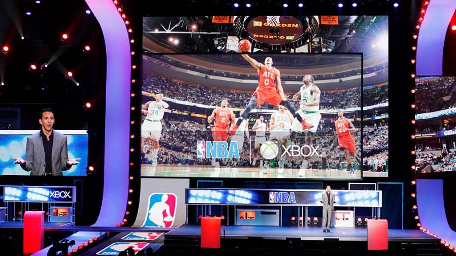 Yusuf Mehdi, diretor de marketing, entretenimento interativo da Microsoft, apresenta um nova versão do game NBA, durante coletiva de imprensa da Microsoft na E3 em Los Angeles
