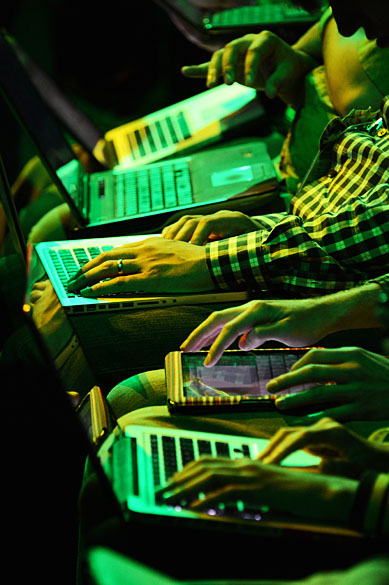 Participantes usam seus computadores e tablets enquanto aguardam o início da coletiva da Microsoft durante a E3 2012