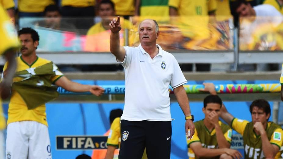 Luiz Felipe Scolari gesticula no jogo contra o Chile