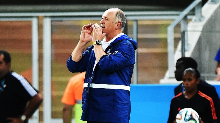 O técnico Luiz Felipe Scolari passa orientações para os jogadores no jogo contra a Colômbia, em São Paulo