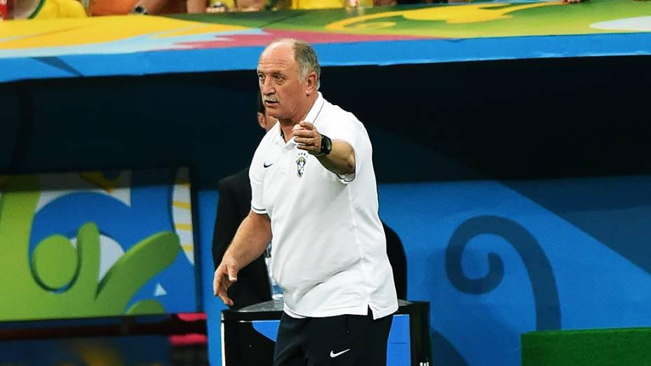 O técnico Luiz Felipe Scolari gesticula no jogo contra a Holanda no Mané Garrincha, em Brasília