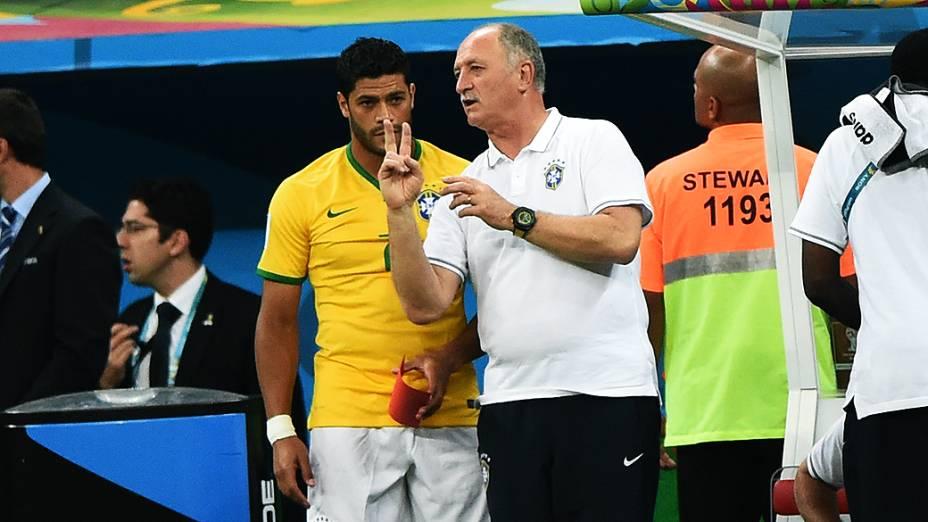 O técnico Luiz Felipe Scolari passa orientações para Hulk durante o jogo contra a Holanda, no Mané Garrincha em Brasíliaq