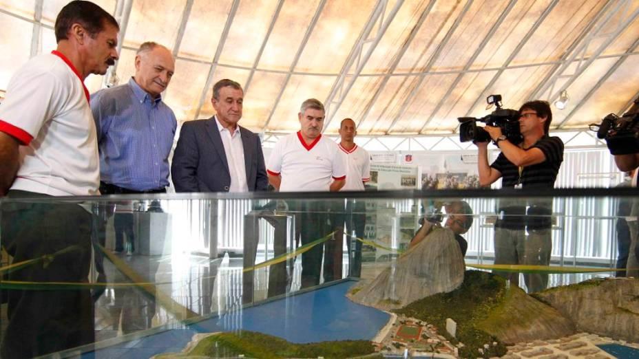 Felipão e Parreira visitam a Escola de Educação Física do Exército, na Urca, no Rio, onde a seleção treinará antes da Copa das Confederações