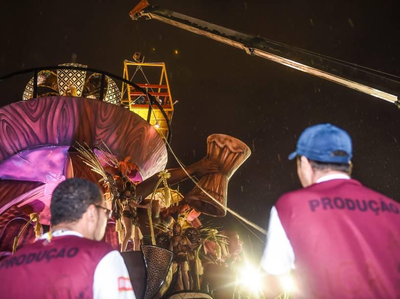 Integrantes da Unidos do Peruche sobem nos carros alegóricos antes de começar o desfile do Grupo Especial do carnaval de São Paulo, no Anhembi