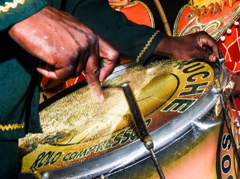 Instrumentos são afinados antes do desfile da Unidos do Peruche no segundo dia de carnaval do Grupo Especial de São Paulo, no Anhembi
