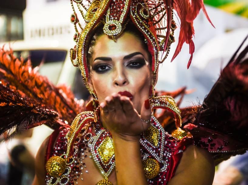 Rainha da bateria, Nuelle Alves, durante o segundo dia de desfie do Grupo Especial de São Paulo, no Anhembi