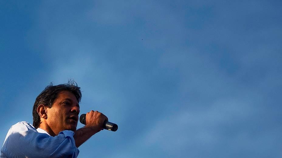 O candidato a prefeito de São Paulo, Fernando Haddad no pátio da Ford durante ato político com trabalhadores da montadora, no início da manhã desta quarta-feira em São Bernardo do Campo, na Grande São Paulo