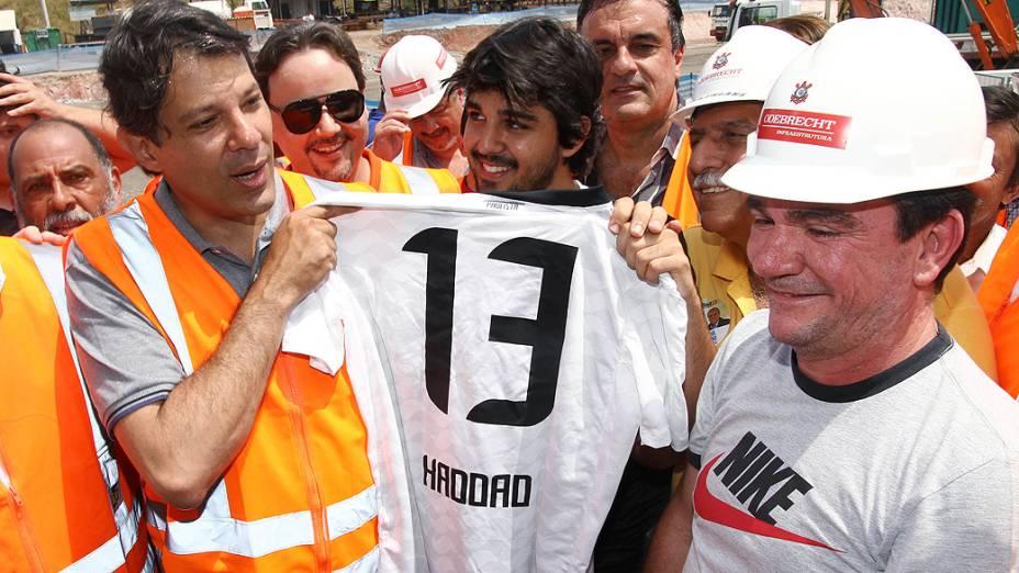 O candidato do PT à Prefeitura de São Paulo, Fernando Haddad, recebeu camisa do Corinthians de Andre Sanchez, em 06/10/2012