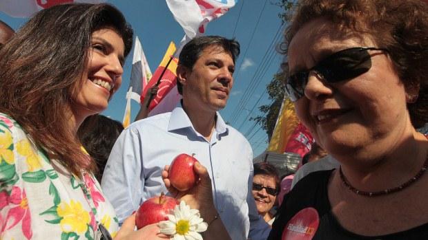 Fernando Haddad faz campanha neste domingo ao lado da mulher, Ana Estela, e da ministra Eleonora Menecucci