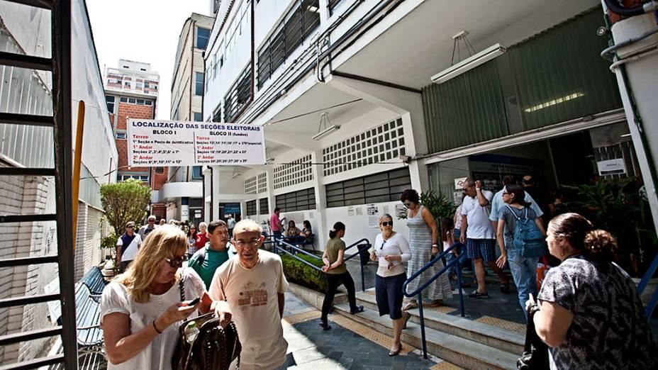 Movimentação de eleitores na Universidade Ibirapuera, em Moema, zona sul da cidade, neste domingo