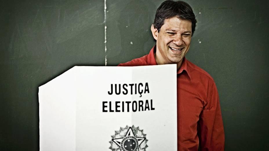 O candidato do PT à Prefeitura de São Paulo, Fernando Haddad, vota na Universidade Ibirapuera, em Moema, zona sul da cidade, neste domingo