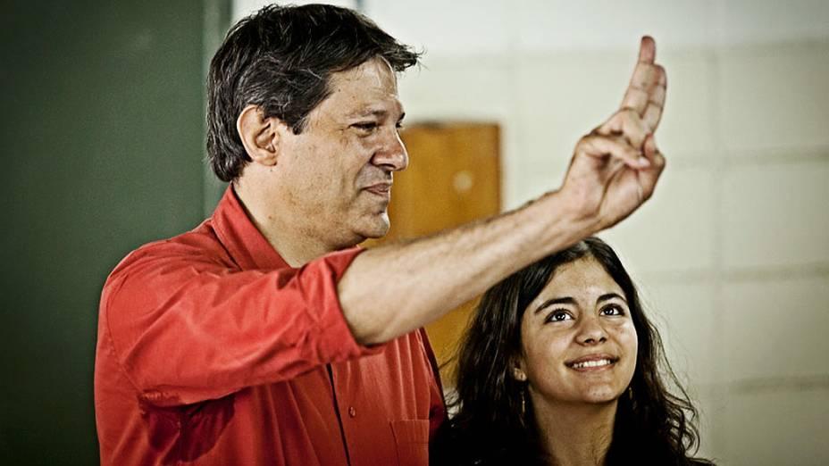 O candidato do PT à Prefeitura de São Paulo, Fernando Haddad, acompanhado pela filha, Ana Carolina, vota na Universidade Ibirapuera, em Moema, zona sul da cidade, neste domingo